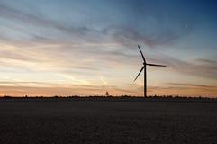 Силуэт генератора ветрянки на сумраке Стоковое Изображение