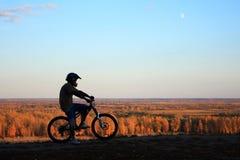 силуэт горы велосипедиста Стоковое фото RF