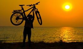 силуэт горы девушки велосипедиста Стоковые Фотографии RF