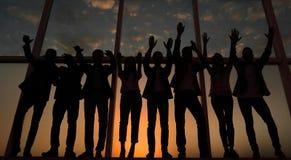 Силуэт группы в составе бизнесмены поднимая их руку стоковые изображения rf