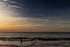 Силуэт девушки в воде на пляже Cabo Ledo Ангола, Африка стоковое фото rf