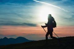 Силуэт девушки на горе во время религиозного трека в a Стоковые Изображения RF