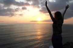 Силуэт девушки на заходе солнца Стоковое Изображение RF