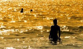 Силуэт девушки на море Стоковое Фото
