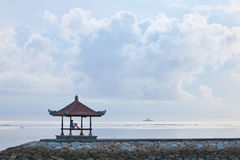 Силуэт девушки на пристани и красивейших облаках стоковое фото rf