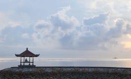 Силуэт девушки на пристани Стоковое Фото