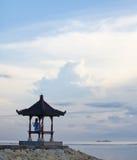 Силуэт девушки сидя в позиции йоги на пристани Стоковые Изображения