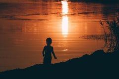 Силуэт девушки сидя на пляже, Стоковое фото RF