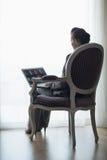 Силуэт женщины дела работая на компьтер-книжке Стоковая Фотография