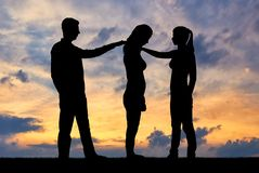 Силуэт женщины и человек нравственно поддерживают другую унылую женщину Стоковое фото RF