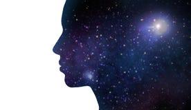 Силуэт женщины над фиолетовой предпосылкой космоса Стоковые Изображения RF