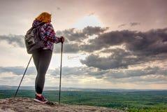 Силуэт женщины на горах, заходе солнца и ландшафте падения Женский hiker рассматривая край на красивом заходе солнца стоковое фото