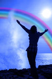 Силуэт женщины с outstretched рукоятками Стоковые Фотографии RF