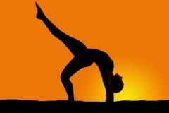 Силуэт женщины танцуя назад нога загиба одного вверх стоковое изображение