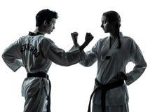 Силуэт женщины человека боевых искусств taekwondo карате Стоковые Фото