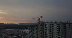 Силуэт здания под конструкцией с краном во время захода солнца, винтажным фильтром сток-видео
