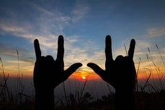 Силуэт знака жеста рук я тебя люблю на запачканной предпосылке захода солнца природы золотой Стоковые Изображения