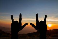 Силуэт знака жеста рук я тебя люблю на запачканной предпосылке захода солнца природы золотой Стоковые Фотографии RF