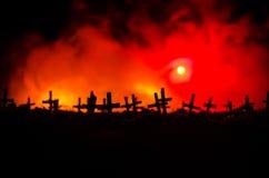 Силуэт зомби идя над кладбищем в ноче Концепция хеллоуина ужаса группы в составе зомби на ноче Стоковая Фотография RF