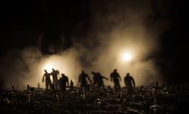 Силуэт зомби идя над кладбищем в ноче Концепция хеллоуина ужаса группы в составе зомби на ноче Стоковая Фотография