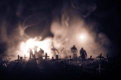 Силуэт зомби идя над кладбищем в ноче Концепция хеллоуина ужаса группы в составе зомби на ноче Стоковое Изображение RF