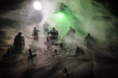 Силуэт зомби идя над кладбищем в ноче Концепция хеллоуина ужаса группы в составе зомби на ноче Стоковое фото RF
