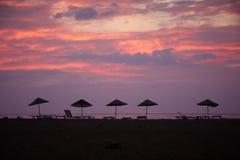 Силуэт зонтика пляжа на заходе солнца Заход солнца на море Стоковое Изображение