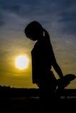 Силуэт йоги женщины практикуя стоковые фотографии rf