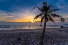 Силуэт кокосовой пальмы на пляже в восходе солнца a утра Стоковое Фото