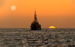 Силуэт корабля захода солнца океана Стоковые Фотографии RF