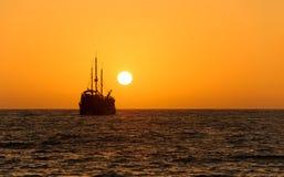 Силуэт корабля захода солнца океана Стоковое фото RF