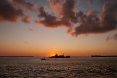 Силуэт корабля плавая на море Стоковое фото RF