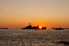 Силуэт корабля плавая на море Стоковая Фотография RF