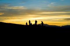силуэт людей горы Стоковое Изображение RF