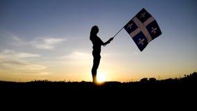 Силуэт людей с флагом на горе покрывает Стоковое Изображение