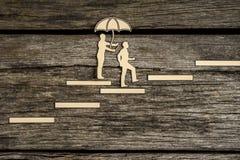 Силуэт 2 малый людей идя вверх по лестнице Стоковое Изображение RF