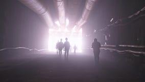 Силуэт много рабочий-строителей идя вне от большого тоннеля видеоматериал