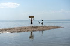 Силуэт молодого человека с skimboard на пляже стоковое изображение