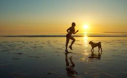Силуэт молодой красивой атлетической девушки Стоковое Фото
