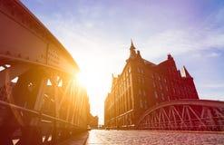 Силуэт моста и здания в вечере греют на солнце лучи в взгляде низкого угла speicherstadt hamburg Известный ориентир ориентир стар стоковое фото