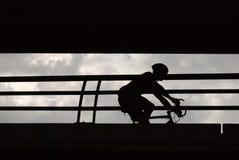 силуэт мужчины велосипедиста Стоковая Фотография RF