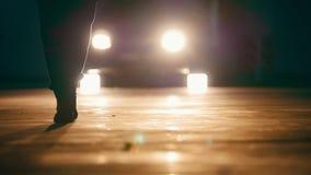 Силуэт мужчины идя вперед в гараж перед фарами - ногами близко вверх сток-видео