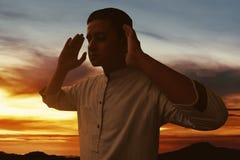 Силуэт мусульманского человека молит Стоковое Фото