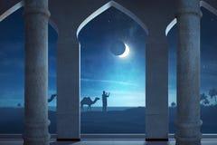 Силуэт мусульманского человека моля в внешнем Стоковое фото RF