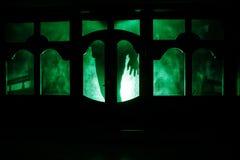 Силуэт неизвестной диаграммы тени на двери через закрытую стеклянную дверь Силуэт человека перед окном на ni Стоковое Изображение