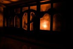 Силуэт неизвестной диаграммы тени на двери через закрытую стеклянную дверь Силуэт человека перед окном на ni Стоковые Изображения RF