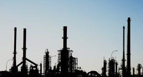 силуэт нефтеперерабатывающего предприятия печных труб Стоковые Фото