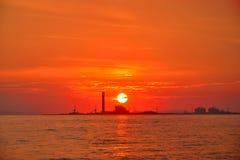 Силуэт нефтеперерабатывающего предприятия расположен на побережье стоковые фото
