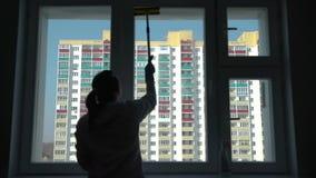 Силуэт окна чистки женщины акции видеоматериалы