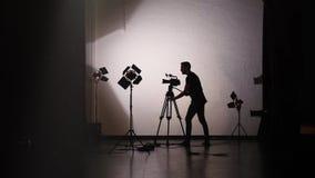 Силуэт оператора работая за кулисами в киностудии сток-видео